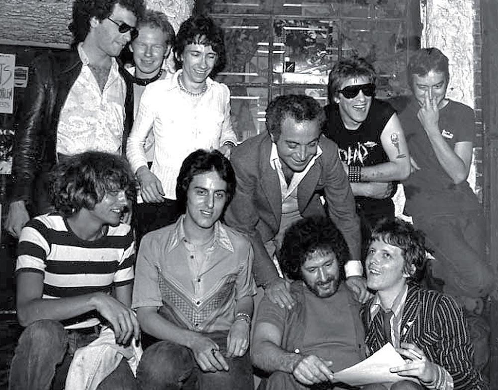 Stein signe les Dead Boys en presence de Hilly Kristal propriétaire du CBGB